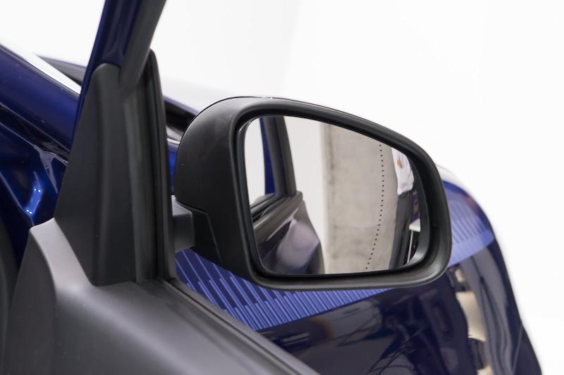 フランス車ではよくある外側の一部屈折率が異なるミラー。より広く見える