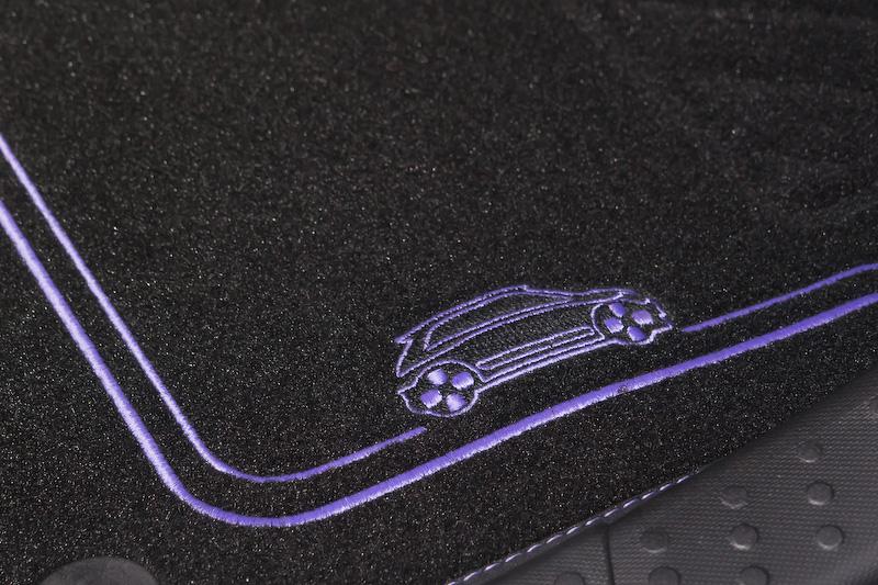 フロアマットの差し色のストライプも紫系の色。刺繍がオシャレ