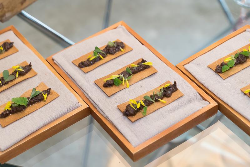 アンチョビペーストとオリーブのトースト。シトロンキャビア(愛媛産)という珍しいキャビアのような柑橘類が乗っていて酸味がある