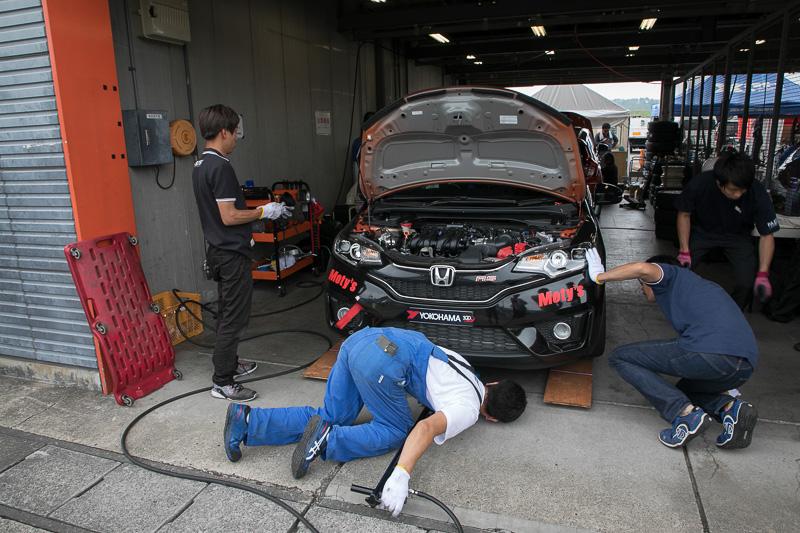 Car Watchチーム(ゼッケン64)はホンダ・フィットがベースとなる「FIT 1.5チャレンジカップ車」(GK5)を使用している。カラーリングはADVANカラー