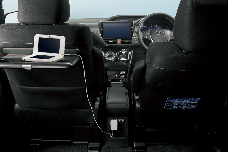 全車のインパネ下側に充電用のUSB端子2個を標準装備。ハイブリッド車などに新設されたセンターコンソールボックスにも充電用のUSB端子2個が用意されている