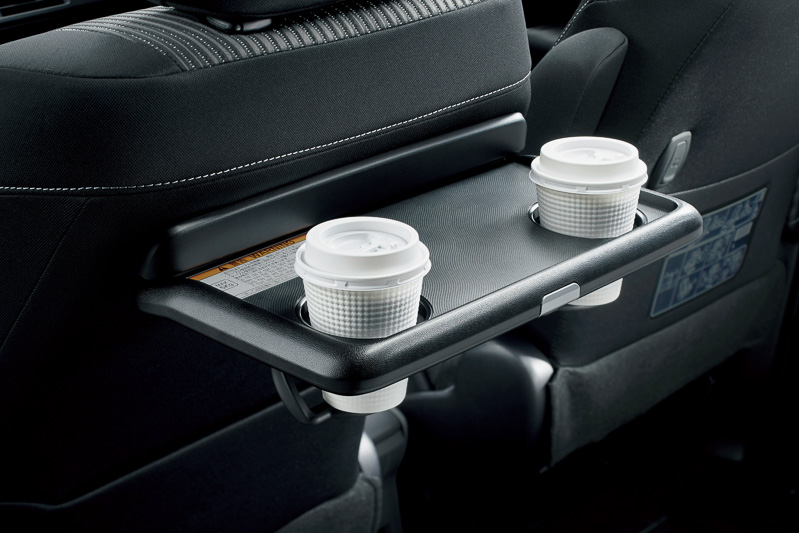 2個のカップホルダーを持つ格納式テーブルを助手席シートバックに装着