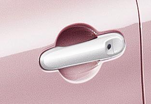 パーソナライゼーションに装着されるホワイトカラーの「電動格納式リモコンドアミラー(ドアロック連動自動格納機能付)」「アウトサイドドアハンドル(フロントドア、リヤドア)」「フルホイールカバー」