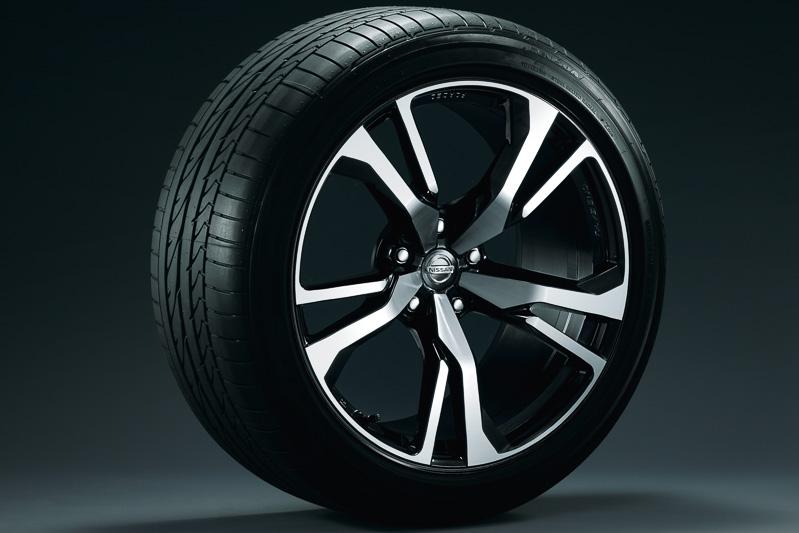 「Version ST」「Version S」に標準装備される新デザインの19インチ鍛造アルミホイール。タイヤサイズはフロントが245/40 R19 94W、リアが275/35 R19 96W