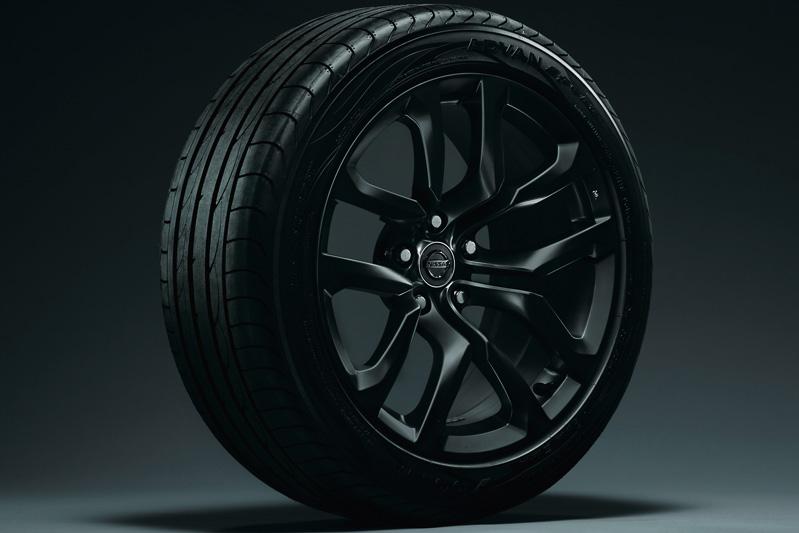 「Version T」などに装着されるガンメタリックカラーコートの18インチアルミホイール。タイヤサイズはフロントが225/50 R18 95W、リアが245/45 R18 96W