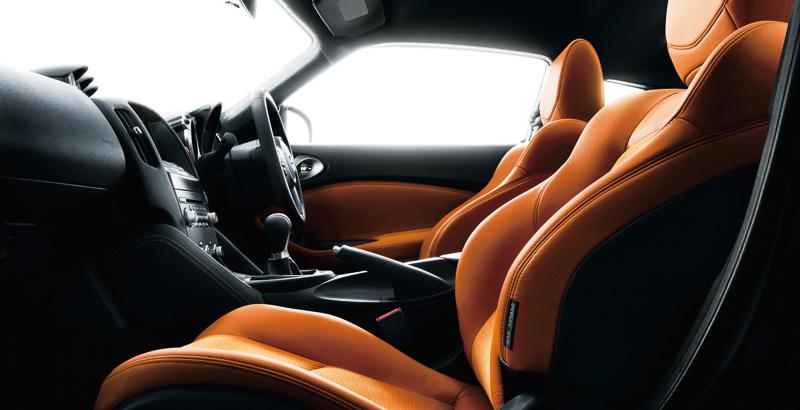 フロントウィンドウの合わせガラスに遮音層を設定。車内の静粛性を向上させている