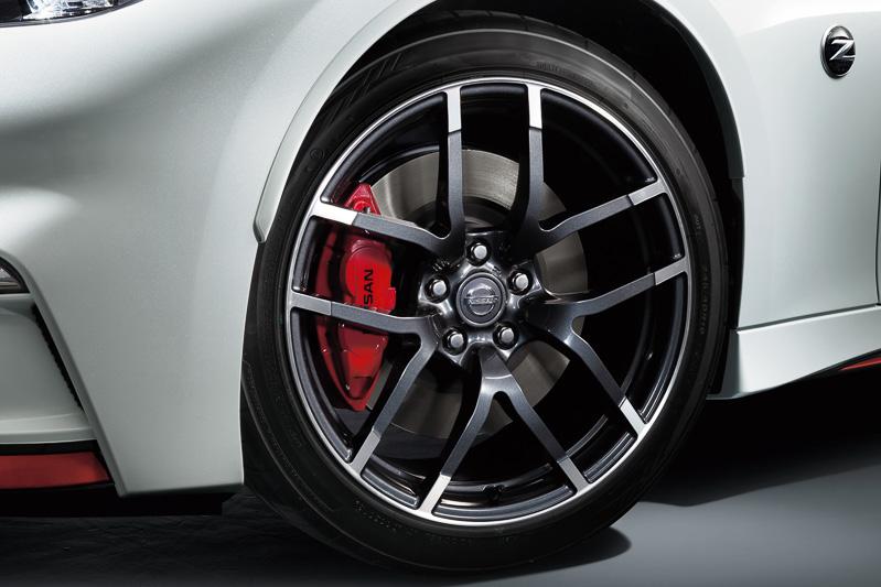フェアレディZ NISMOでは転がり抵抗を20%低減させた新タイヤを採用。低燃費化やロードノイズの1db低減(50km/h時)などを実現している