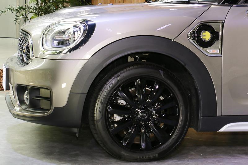 外部充電の普通充電ポートは車両左側のフロントフェンダー後方に設定。右側にも同じデザインのダミー加飾を装備している