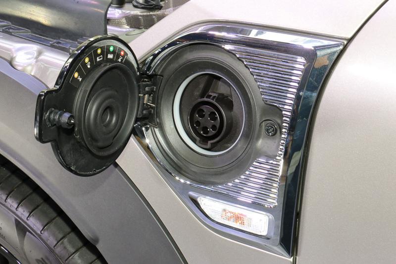 アウターリッドに普通充電ポートのカバーを固定するスタイル。200V電源でカラの状態から約3時間でフル充電できる
