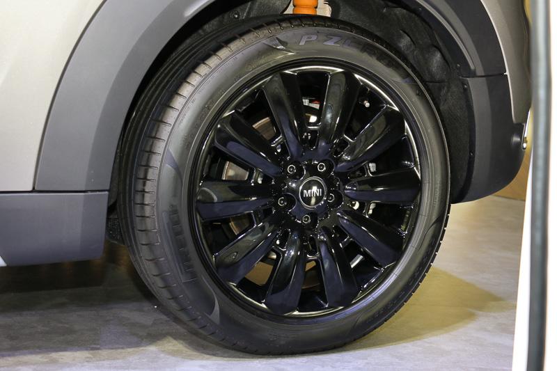 タイヤはピレリのP ZEROで、タイヤサイズは225/50 R18