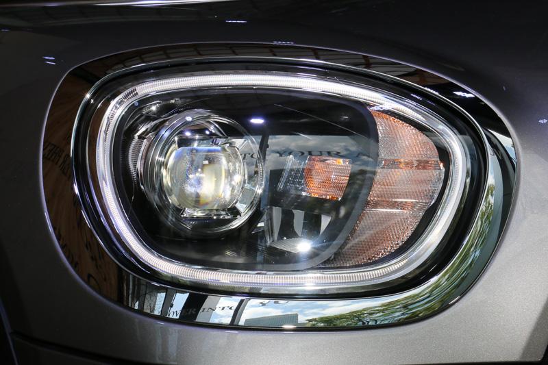 外周にLEDデイライト・リングを設定するアダプティブLEDヘッドライトを標準装備