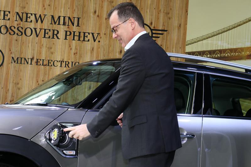 プレゼンテーション後に行なわれたフォトセッションでは、ロカ氏による充電のデモンストレーションも披露された