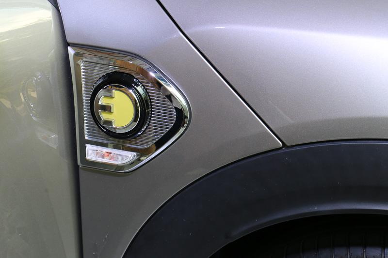 コンセント、そしてEの文字をデザインに使った専用バッヂを左右のサイドスカットル、リアハッチ左側に装着