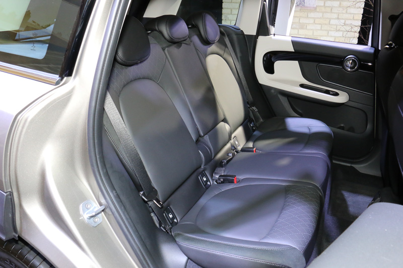 標準仕様のシート表皮はクロス。展示車はオプションのレザーシートを装着していた