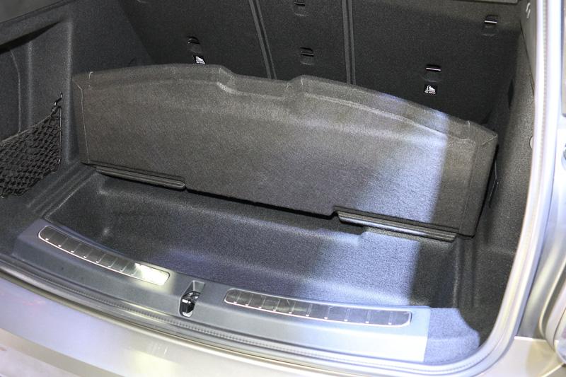 ラゲッジスペースの下に駆動用のリチウムイオンバッテリーを搭載。手前側はフロア下収納のスペースとなっている