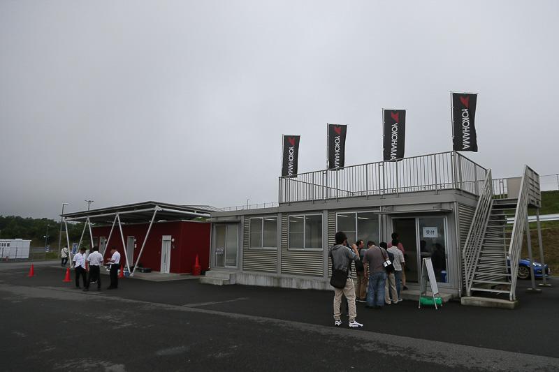 早朝から富士スピードウェイに集合した参加者たち。遠くは京都から来た人も
