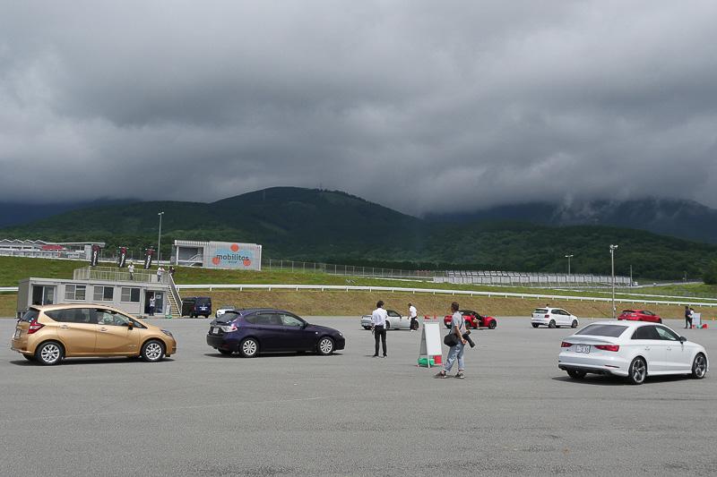 各コースで順番待ちをする車両