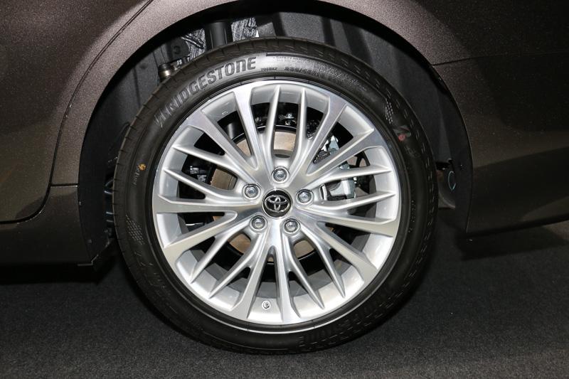 """G""""レザーパッケージ""""は18×8Jのアルミホイールに235/45 R18タイヤを組み合わせて標準装備"""