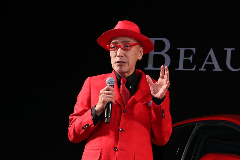 カムリアンバサダーのテリー伊藤さん。スーツ、帽子、ネクタイは「カムリに合わせて作ってきた」という