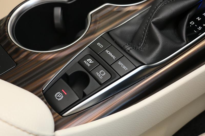 「エコモード」「ノーマルモード」「スポーツモード」の3種類に切り替え可能な「ドライブモードスイッチ」