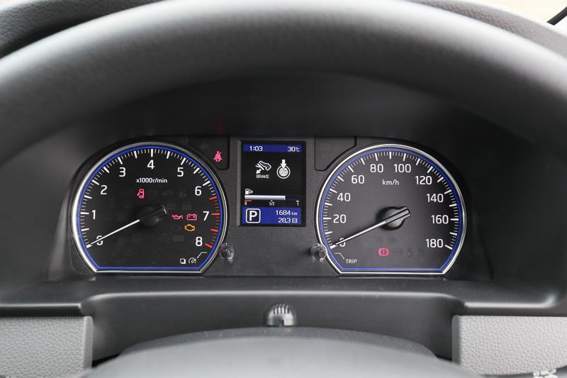 メーター中央にカラー車両情報ディスプレイを配置
