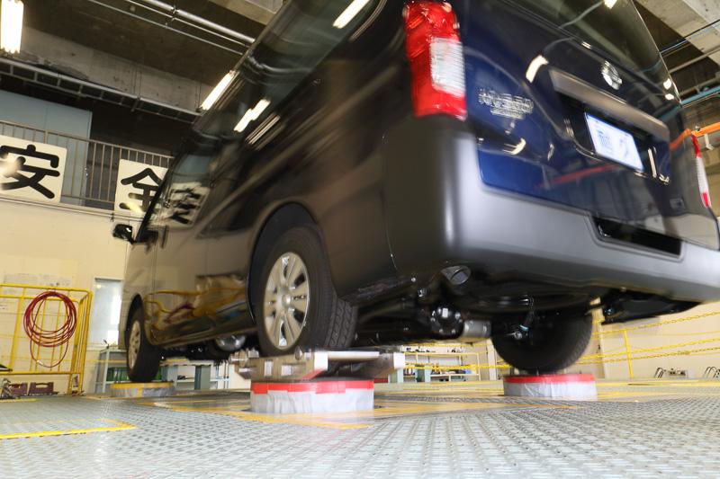 油圧アクチュエーターを上下にストロークさせ、激しい振動を発生。軽自動車からマイクロバスまで利用できる