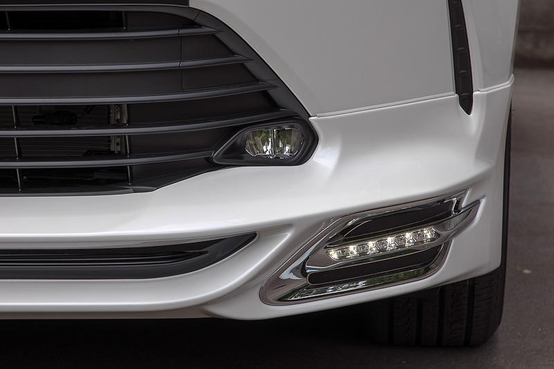 カナード形状のフロントスポイラー両サイドにLED灯を組み込んでいる