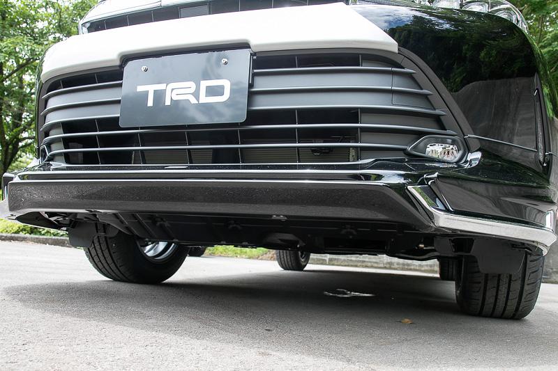 フロントスポイラーVer.2。Ver.1に比べるとシャープな造形。ボディカラーが黒いので分かりにくいが、塗装済みの製品ではスポイラー中央部を黒に塗り分けることで、グリルの開口部が大きくなったように見せる効果もある