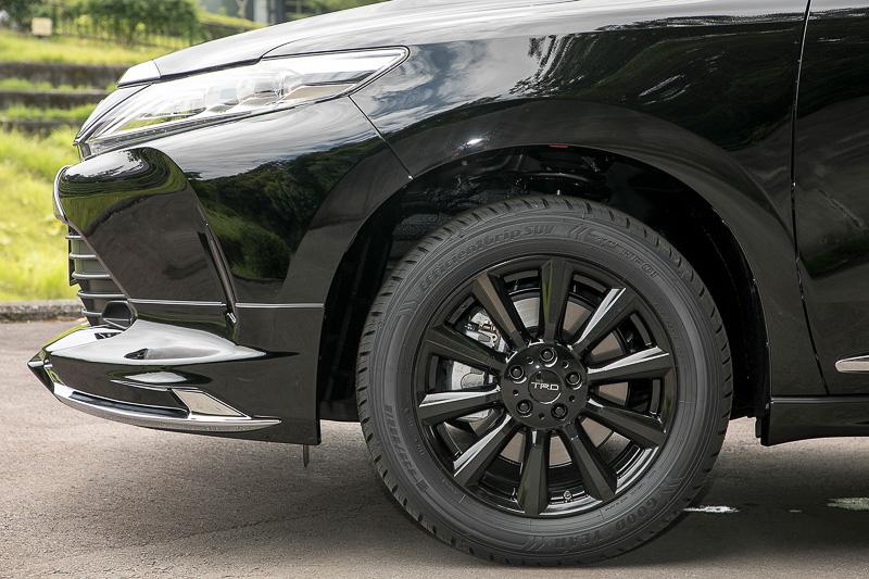 シルバーとブラックの18インチアルミホイール「TF6」&ナットセット。純正装着タイヤがそのまま使えるサイズ設定だ