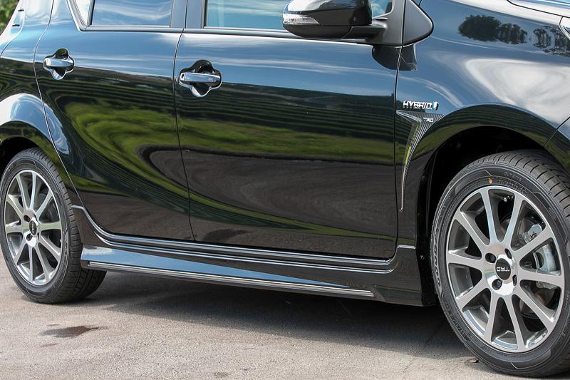 後付けのエアロパーツでは、サイドスカートは車体内側を向く面まで造形しないことが一般的だが、このパーツはサイドスカート裏を空気の流れに対する壁になるよう平らに造形。これによってアンダーボディを流れる風を横漏れさせないようにしている
