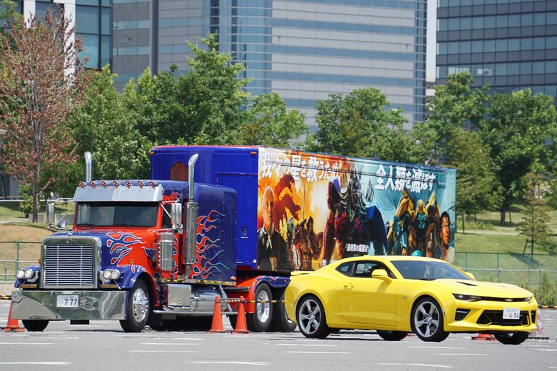 オプティマス・プライムのトラック&トレーラーとバンブルビーのシボレー カマロが登場