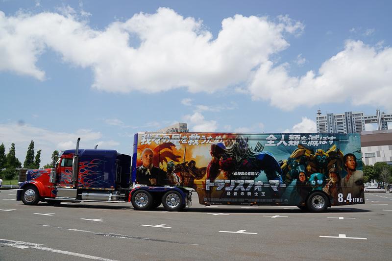 特別ラッピングを施したトレーラー&トラック