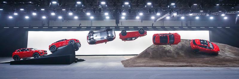らせん状に270度回転しながら15.3mのロングジャンプをする「バレルロール」