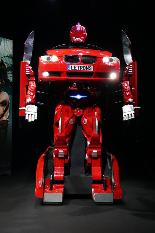 約35秒でロボットに変形。腕の部分は可動する