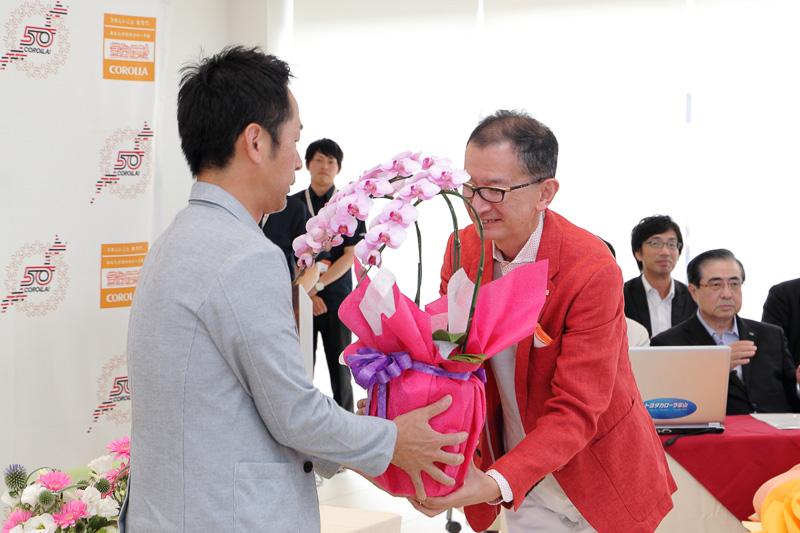 招待されたトヨタカローラ富山のユーザーには花の鉢植えが贈呈された