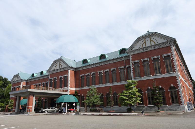 3階建てで日本最大級のフロアに500台もの車両が展示される、圧巻の日本自動車博物館(石川県)