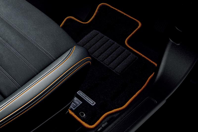 「ACTIVE GEAR コンプリートパッケージ」に含まれる「テールゲートスポイラー」「『ACTIVE GEAR』ロゴのアルミホイールデカール」「専用フロアマット(ブラック&オレンジ)」