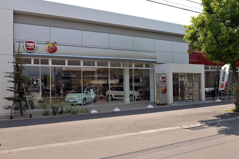 FCA ジャパンは2016年7月1日よりフィアット正規ディーラーでアバルトの販売を開始した。その新CI採用第1号店である「フィアット/アバルト札幌東」に、併売することになってからの変化や店舗の特徴などについて聞いた