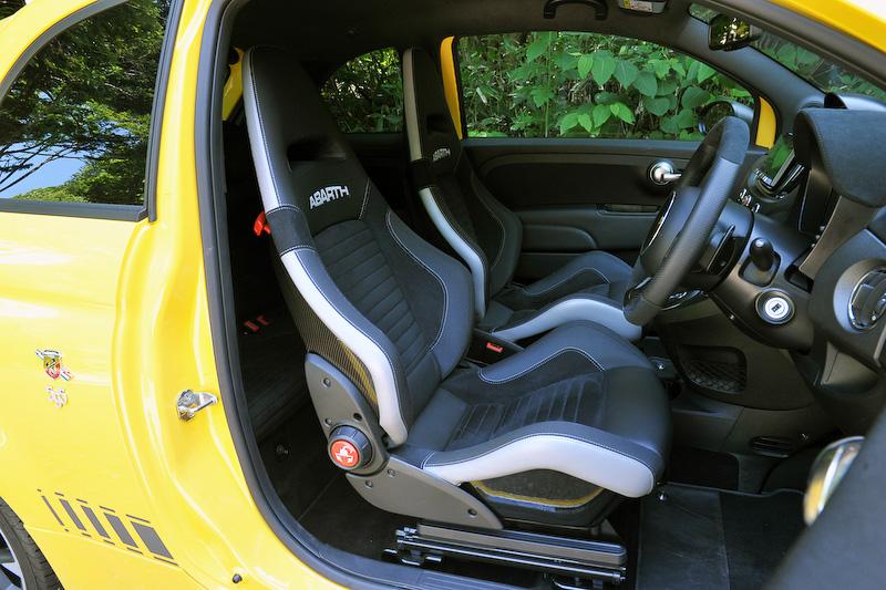 ブラックを基調にしたスポーティ感の高いインテリアでは、ヘッドレスト一体型のSabelt製スポーツシート/カーボンシェル(前席)やブースト計、スポーツペダルなどを装備。仕様変更により新形状のステアリングホイールを採用したほか、メーターパネル内のGメーターのグラフィックを改め、さらにグローブボックスとカップホルダーを追加して使い勝手を高めている