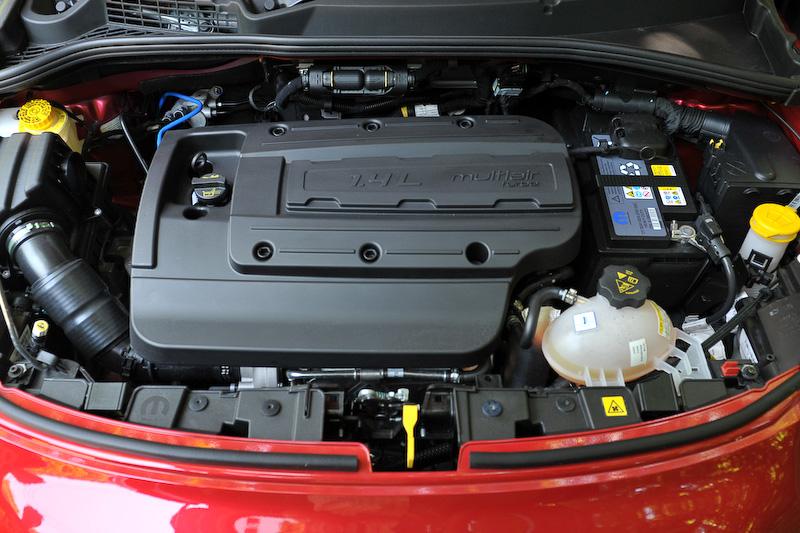 エンジンは全グレード共通で直列4気筒1.4リッターターボエンジンを搭載。Cross Plusは最高出力125kW(170PS)/5500rpm、最大トルク250Nm(25.5kgm)/2500rpmを発生。JC08モード燃費は13.1km/L(6速乾式デュアルクラッチの2WD車は15.0km/L)