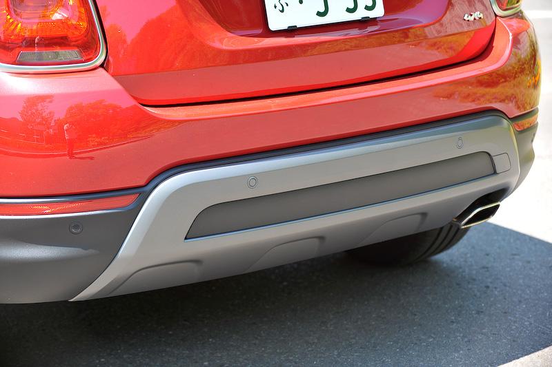 500Xは、2ドアモデルに比べフロントビューではより躍動感とボリュームを、リアビューではより強いダイナミズムが与えられる。ボディ同色のフロント&リアバンパーは「Cross Plus」専用デザインのもの。「Cross Plus」は衝突被害軽減ブレーキなどの安全装備を装備するが、今回の仕様変更によりレーダーセンサーで前方の車両を認識し、一定の車間距離を保つ「アダプティブクルーズコントロール(ACC)」を初採用。足下は専用装備の18インチアルミホイールにミシュラン「パイロットスポーツ 3」を組み合わせる