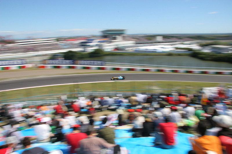 2006年、日本GPのFP3にダンロップコーナーで撮影。土曜日午前のセッションでも多くのファンが観戦している