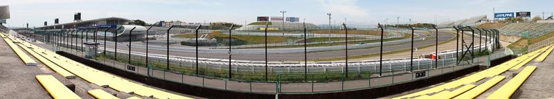ファミリーシート(S席)はシケインの立ち上がりから最終コーナーを見ることができる