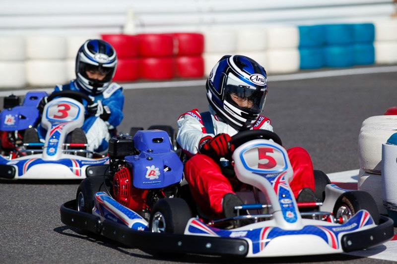 コチラレーシングカートは小学3年生(身長130cm以上)から乗れるジュニア専用レーシングカート