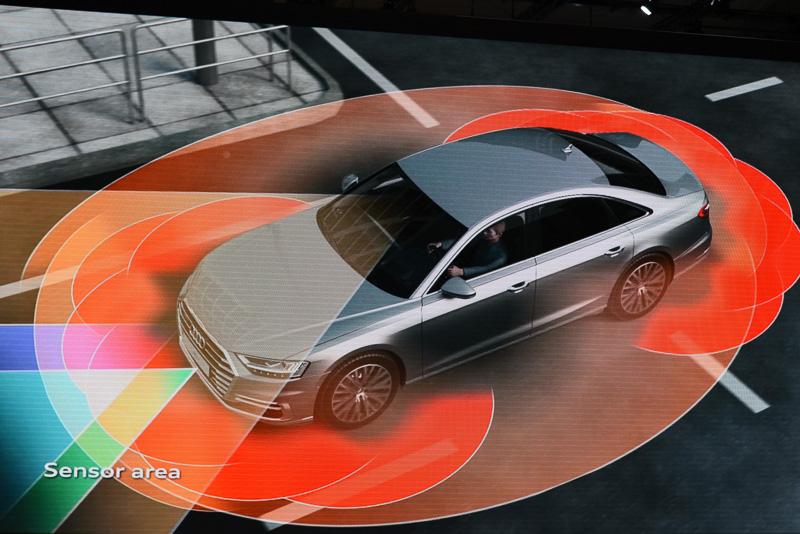 アウディA8は各種のセンサーを搭載し、環境のモニタリングを行なっている