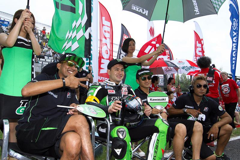 11号車Kawasaki Team GREEN(左からアズラン・シャー・ビン・カマルザマン、レオン・ハスラム、渡辺一馬)