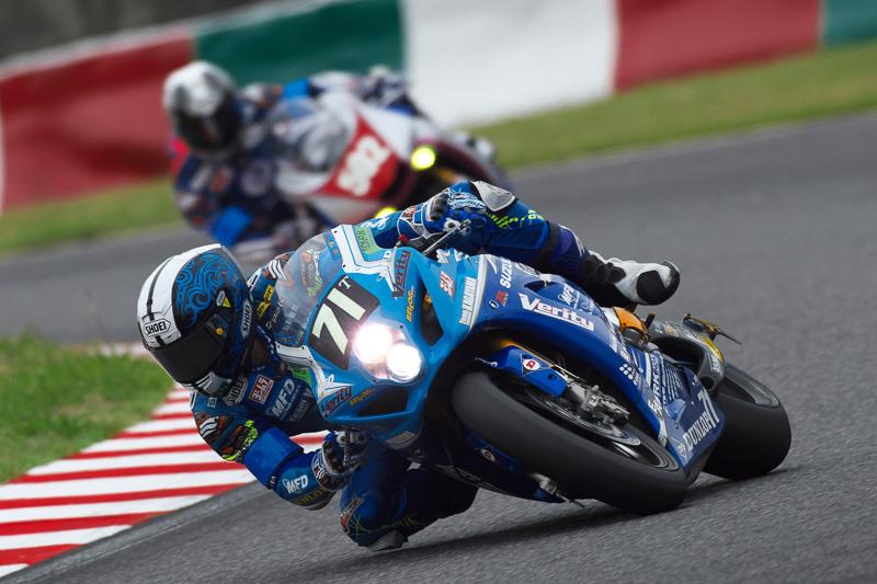 71号車Team KAGAYAMAの加賀山 就臣選手。序盤は5、6番手で安定して周回