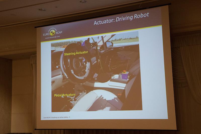 精度の高いテストを行なうために、ドライビングロボットをはじめさまざまな機器を使う。テストドライバーが行なっているのではないのだ