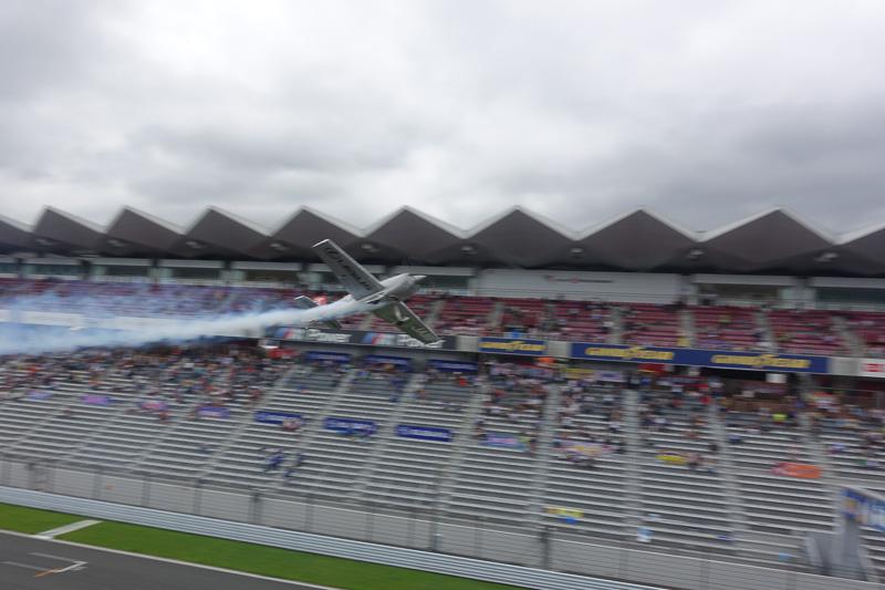 ストレートを飛行するシーンを連続写真で。高度が低い!!