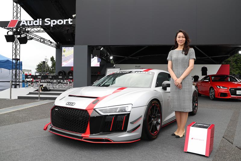 Audi R8 LMS GT4と記念写真